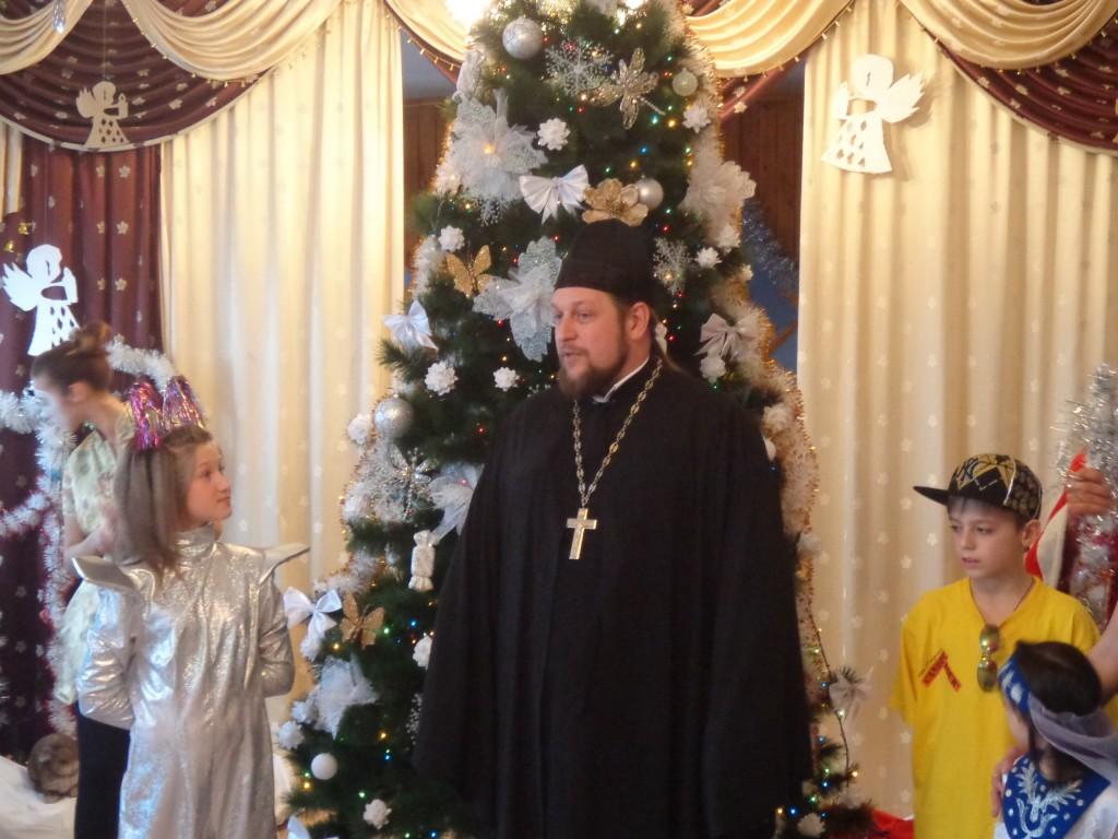 Благочинный вместе с ктиторами храма побывал на утреннике в Мелитопольском центре социально-психологической реабилитации. (27.12.2013)