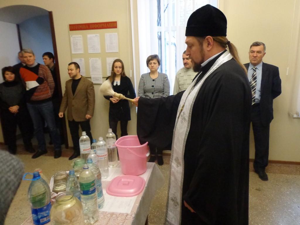 С Крещением Господним благочинный поздравил мелитопольцев прямо на рабочих местах. (20.01.2014)