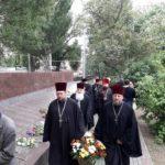 Священнослужители Мелитопольского благочиния в День Великой Победы возложили цветы на аллее славы.