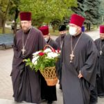 В день освобождения города Мелитополя, священнослужители Мелитопольского благочиния возложили цветы к стеле Скорбящей Матери.